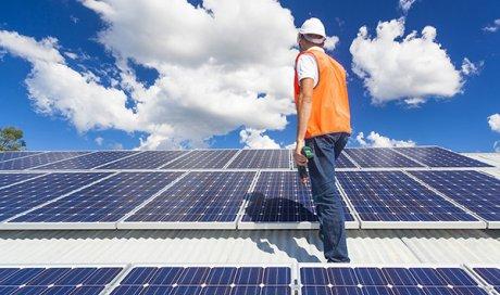 Réparation des panneaux solaires cassés par la grêle à Décines-Charpieu